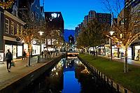 Nederland Zaandam - 2019. Het vernieuwde centrum van Zaandam. Winkels aan de Gedempte Gracht. De Gedempte Gracht is een paar jaar geleden weer uitgegraven. Foto Berlinda van Dam / Hollandse Hoogte
