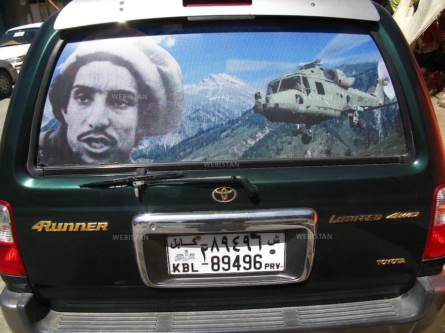 AFGHANISTAN - 13 aout 2009 : image de Massoud collee sur le pare brise arriere d'une voiture. ..AFGHANISTAN - August 13th, 2009 : Image of Massoud covering a rear car window.