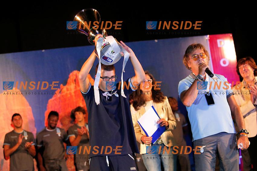 Enrico Lotito alza la coppa Italia,<br /> Auronzo di Cadore (Belluno) 20/7/2013 <br /> Football Calcio 2013/2014 Serie A <br /> Presentazione SS Lazio <br /> Ritiro precampionato SS Lazio <br /> Foto Marco Bertorello Insidefoto
