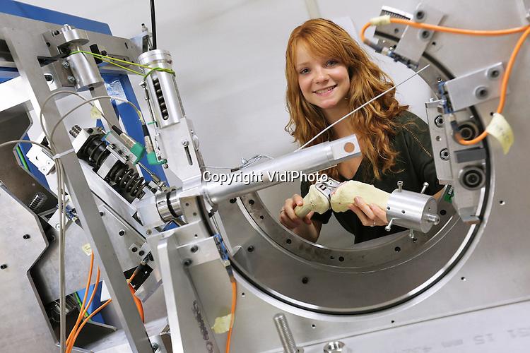 Foto: VidiPhoto<br /> <br /> NIJMEGEN - De master studente Biomedical Engineering, van de Universiteit van Twente, Anne Luchtenberg, is de winnares van de Dosign Women in Technology-verkiezing. Anne studeert af aan het Radboud Ziekenhuis in Nijmegen. De prijs is een aanmoediging voor ambitieuze vrouwen met een voorliefde voor techniek. Twaalf genomineerden vormen de jaarlijkse Women in Technology-kalender. Zo'n vijftig kandidaten gaven zich dit jaar hiervoor op. Het leukste en slimste model bleek uiteindelijk Anne Luchtenberg. Ze ontwerpt op dit moment in het Radboud Ziekenhuis een model om de sterkte van het bovenbeenbot van kankerpati&euml;nten te bepalen.