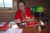 USA, Alaska, Abwiegen von Goldstaub in der Goldmine Golddredge Nr. 8 bei Fairbanks