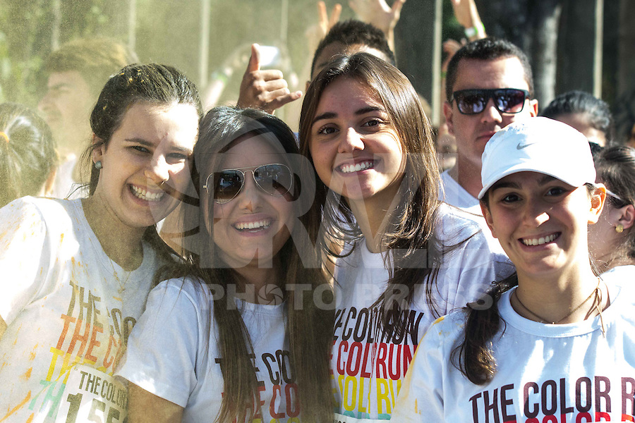 BELO HORIZONTE, MG, 01.09.2013 – CORRIDA THE COLOR RUN – Participantes da 5ª Corrida The Color Run na manha deste domingo 01 na cidade de Belo Horizonte. (Foto: Marcos Fialho / Brazil Photo Press).