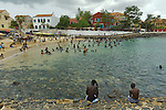 Africa, Afrika, Senegal, 17-09-2011, Dakar, Dakkar, Voor de kust van Dakar ligt het voormalige slaveneiland Isle de Goré. ( Goeree, uit het Nederlands) Tijdens de slavenhandel geregeerd door Nederlanders, en later over genomen door de Fransen.. Ook dit eiland staat op de UNESCO wereld erfgoed lijst. bewoners en toeristen zwemmen op het eiland. foto: michael Kooren/HH