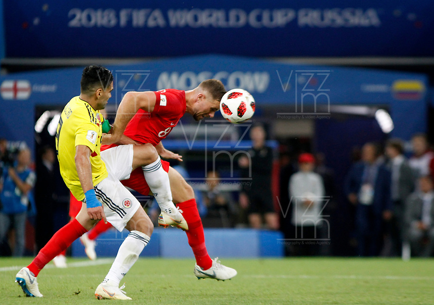 MOSCU - RUSIA, 03-07-2018: Radamel FALCAO GARCIA (Izq) jugador de Colombia disputa el balón con Jordan HENDERSON (Der) jugador de Inglaterra durante partido de octavos de final por la Copa Mundial de la FIFA Rusia 2018 jugado en el estadio del Spartak en Moscú, Rusia. / Radamel FALCAO GARCIA (L) player of Colombia fights the ball with Jordan HENDERSON (R) player of England during match of the round of 16 for the FIFA World Cup Russia 2018 played at Spartak stadium in Moscow, Russia. Photo: VizzorImage / Julian Medina / Cont