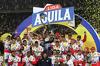 BOGOTÁ- COLOMBIA,12-06-2019:Jugadores del Atlético Junior celebran con el trofeo después de ganar la final  vuelta de la Liga Águila I 2019 contra el Deportivo Pasto jugado en el estadio Nemesio Camacho El Campín de la ciudad de Bogotá. /  Players of Atletico Junior celebrate with the trophy after winning the Aguila League Final 2019 between Deportivo Pasto and Atletico Junior during the match of the final round of Liga Águila I 2019 played at the Nemesio Camacho El Campín stadium in the city of Bogotá.. Photo: VizzorImage / Felipe Caicedo / Staff