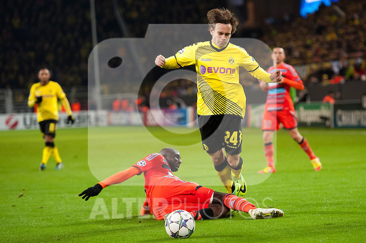 06.12.2011, Signal Iduna Park, Dortmund, GER, UEFA Champions League, Gruppe F, Vorrunde, Borussia Dortmund (GER) vs Olympique Marseille (FRA), im Bild Zweikampf Alou Diarra (#4 Marseille) - Chris Löwe/ Loewe (#24 Dortmund) // during the football of UEFA Champions League, Pool F, Borussia Dortmund (GER) vs. Olympique Marseille (FRA) at Signal Iduna Park, Dortmund, GER, on 2011/12/06. EXPA Pictures © 2011, PhotoCredit: EXPA/ nph/ Kurth..***** ATTENTION - OUT OF GER, CRO *****