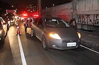 SAO PAULO, SP,27/02/2013, TENTATIVA DE ASSALTO. Um assaltante foi baleado na noite dessa Quarta-Feira (27) após tentar assaltar um veiculo na Av. Do Estado no bairro do Cambuci. Na direção do veiculo estava um Policial Militar que ameaçado por uma faca, reagiu e atirou no meliante. O policial ainda se feriu na mão. O assaltante ainda fugiu correndo por cerca de 800 metros mas caiu devido ao ferimento, sendo socorrido por viatura dos bombeiros. LUIZ GUARNIERI/ BRAZIL PHOTO PRESS.