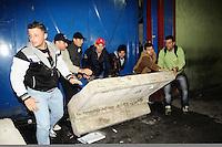 SAO PAULO, SP, 29 de Maio 2013- Comerciantes da feira da madrugada abre o portao a forca e deruba protecao de concreto que foi colocado pela prefeitura na porta da feira no Bras em protesto contra o fechamento da feiraFOTO:ADRIANO LIMA / BRAZIL PHOTO PRESS).