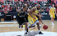 Basketball  1. Bundesliga  2017/2018  Hauptrunde  14. Spieltag  23.12.2017 Walter Tigers Tuebingen - Basketball Laewen Braunschweig Lansdowne DeAndre (re, Braunschweig) gegen Barry Stewart (li, Tigers)
