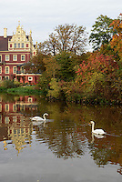 Neues Schloss und Schlossteich im Fürst Pückler Park, Bad Muskau, Sachsen, Deutschland, Europa, UNESCO-Weltkulturerbe<br /> New Palace and palace pond in Fürst Pückler Park, Bad Muskau, Saxony, Germany, Europe, UNESCO-World Heritage