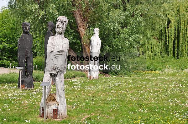 vier der sieben Holzskulpturen des Tassilo-Prozesses von Klaus Prior, dem Tessiner Bildhauer, nahe der Mole in Frei-Weinheim