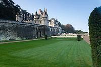 France, Indre-et-Loire (37), Rigny-Ussé, château et jardin d'Ussé en octobre, la terrasse intermédiaire, pelouse et ifs