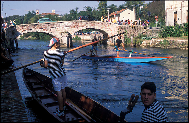 Castelletto di Cuggiono, paese in provincia di Milano. Regata sul Naviglio Grande --- Castelletto di Cuggiono, small village in the province of Milan. Regatta on the Naviglio Grande canal