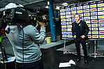 Stockholm 2014-01-18 Ishockey SHL AIK - F&auml;rjestads BK :  <br /> AIK:s tr&auml;nare Rikard Franz&eacute;n intervjuas i TV efter matchen<br /> (Foto: Kenta J&ouml;nsson) Nyckelord:  portr&auml;tt portrait TV tr&auml;nare manager coach