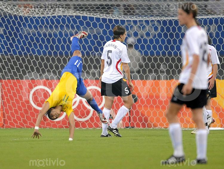 Olympia 2008  Peking  Fussball  Frauen  Halbfinale  18.08.2008 Brasilien - Deutschland Christiane (BRA, re.) jubelt nach dem Tor zum 2:1, dahinter Annike Krahn (GER, 2.v.li.) und Kerstin Garefrekes (GER, re.).