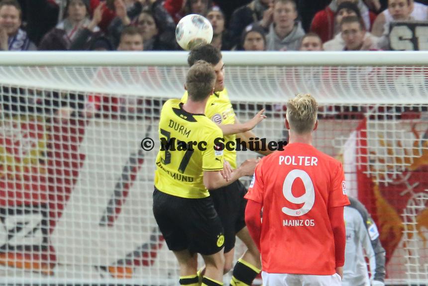 Erik Durm und Sokratis (BVB) behindern sich gegenseitg - 1. FSV Mainz 05 vs. Borussia Dortmund, Coface Arena, 14. Spieltag