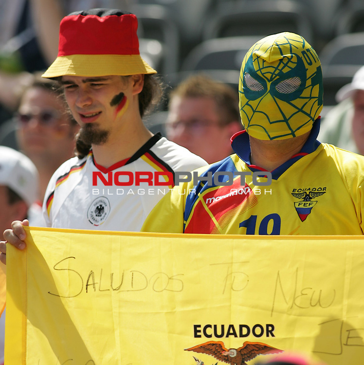FIFA WM 2006 - Gruppe A ( Group A )<br /> Play #33 (20-Jun) - Ecuador vs Germany.<br /> Supporters from Germany and supporters from Ecuador celebrate before the match of the World Cup in Berlin.<br /> Foto &copy; nordphoto