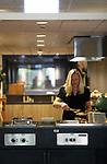Foto: VidiPhoto<br /> <br /> EDE &ndash; Hotel Belmont 50-50 van het Leger des Heils in Ede. Naast vast personeel, werken er zo&rsquo;n vijftig cli&euml;nten die daar re-integreren voor een baan in de maatschappij. Dat gebeurt onder leiding van hotelmanager Alex van Zoeren en re-integratiemanager Ellis de Bruine. In het hotel kunnen minima tegen een klein bedrag vakantie houden.