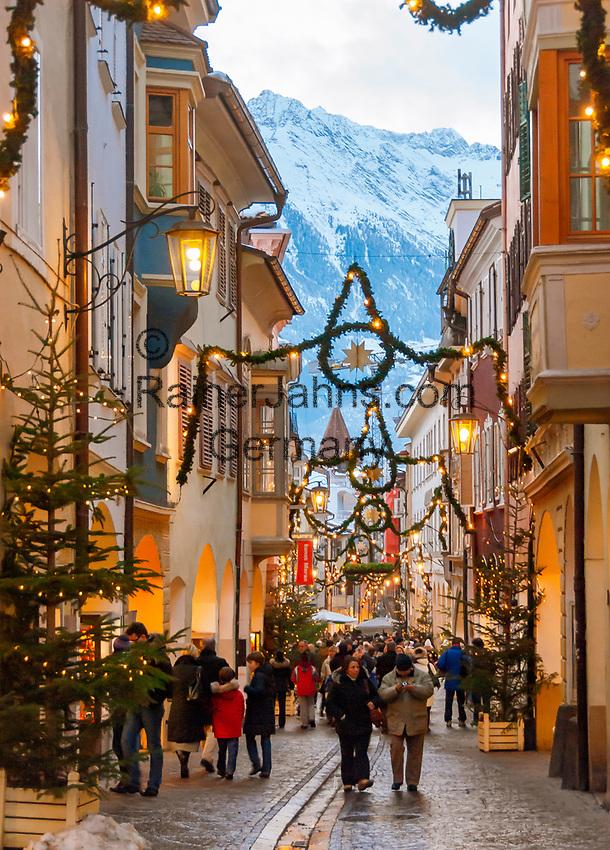 ITA, Italien, Sued-Tirol (Alto Adige), Meran: Laubengasse (Altstadt) weihnachtlich geschmueckt zur Adventszeit   ITA, Italy, Alto Adige (South Tyrol), Merano: christmas decoration at lane Laubengasse (old town)