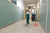 NAPOLI OSPEDALE MONALDI.NELLA FOTO UN ADDETO ALLE PULIZIA.FOTO CIRO DE LUCA