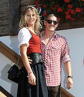 FUSSBALL   1. BUNDESLIGA   SAISON 2011/2012    Die Mannschaft des FC Bayern Muenchen besucht das Oktoberfest am 02.10.2011 Bastian Schweinsteiger mit Freundin Sarah Brandner (FC Bayern Muenchen)