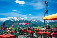 Deutschland, Bayern, Berchtesgadener Land, oberhalb Berchtesgaden: Blick vom Gasthof Hochlenzer in die Berchtesgadener Alpen mit Watzmann (links) 2.713 m und Hochkalter 2.607 m (Mitte) und Reiter Alpe - auch Reiter Alm genannt   Germany, Upper Bavaria, Berchtesgadener Land; above Berchtesgaden: view from mountain inn Hochlenzer towards Berchtesgaden Alps with summits Watzmann 2.713 m (left) and Hochkalter 2.607 m (middle) and Reiter Alpe mountain range, also called Reiter Alm