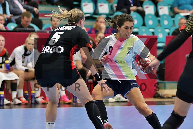 Kolding (DK), 07.12.15, Sport, Handball, 22th Women's Handball World Championship, Vorrunde, Gruppe C, Deutschland-Argentinien : Saslia Lang (Deutschland, #05),  Luciana Mendoza (Argentinien, #09)<br /> <br /> Foto &copy; PIX-Sportfotos *** Foto ist honorarpflichtig! *** Auf Anfrage in hoeherer Qualitaet/Aufloesung. Belegexemplar erbeten. Veroeffentlichung ausschliesslich fuer journalistisch-publizistische Zwecke. For editorial use only.