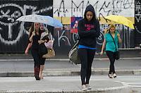 SAO PAULO, SP, 10.12.2013 - CLIMA TEMPO -  Paulistano vive manhã chuvosa e de temperaturas amenas, na Avenida Paulista, região central da capital, nesta terça feira, 10. Os termometros marcam 23 raus. (Foto: Alexandre Moreira / Brazil Photo Press)