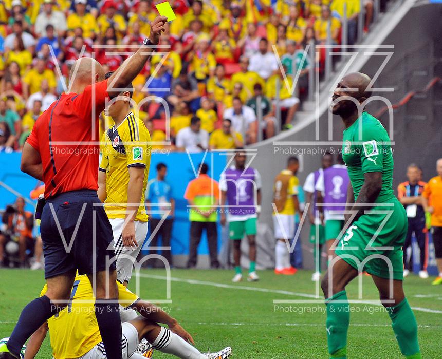 BRASILIA - BRASIL -19-06-2014. Howard Webb (Izq) árbitro muestra tarjeta amarilla a Didier Zokora (Der) Costa de Marfil durante el partido del Grupo C entre Colombia (COL) y Costa de Marfil (CIV) hoy 19 de junio de 2014 en la Copa Mundial de la FIFA Brasil 2014 played at Mane Garricha stadium in Brasilia./ Howard Webb (L) referee shows the yellow card to Didier Zokora (R) player of Ivory Coast during the Group C match between Colombia (COL) and Ivory Coast (CIV) today June 19 2014 in the 2014 FIFA World Cup Brazil. Photo: VizzorImage / Alfredo Gutiérrez / Contribuidor