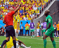 BRASILIA - BRASIL -19-06-2014. Howard Webb (Izq) árbitro muestra tarjeta amarilla a Didier Zokora (Der) Costa de Marfil durante el partido del Grupo C entre Colombia (COL) y Costa de Marfil (CIV) hoy 19 de junio de 2014 en la Copa Mundial de la FIFA Brasil 2014 played at Mane Garricha stadium in Brasilia./ Howard Webb (L) referee shows the yellow card to Didier Zokora (R) player of Ivory Coast during the Group C match between Colombia (COL) and Ivory Coast (CIV) today June 19 2014 in the 2014 FIFA World Cup Brazil. Photo: VizzorImage / Alfredo Gutiérrez / Contribuidor