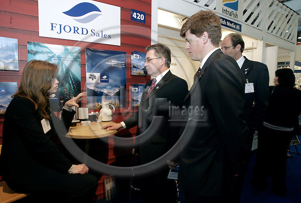 BRUSSELS - BELGIUM - 26 APRIL 2005--European Seafood Exposition 2005. --Svein LUDVIGSEN (C), Norwegian Minister for Fischery visiting the Norwegian stands, here talking to Astrid NERHEIM (L) from the Fjord Sales AS. PHOTO: JUHA ROININEN / EUP-IMAGES