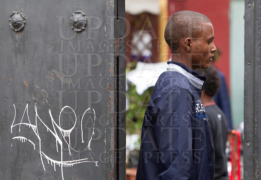 Migranti nel centro di accoglienza 'Baobab' presso la stazione Tiburtina a Roma, 16 giugno 2015.<br /> A migrant in the 'Baobab' refugees center in Rome, 16 June 2015. Italy is facing a huge flow of migrants brought to Sicily after rescue at sea, many of whom are trying to join their relatives in northern Europe. <br /> UPDATE IMAGES PRESS/Riccardo De Luca