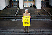 "Milano: Un manifestante del Popolo Viola davanti al tribunale di Milano...Milan: protester shows a placard reading ""Berlusconi let you process"" in front of Court of Milan during a demonstration against Silvio Berlusconi"