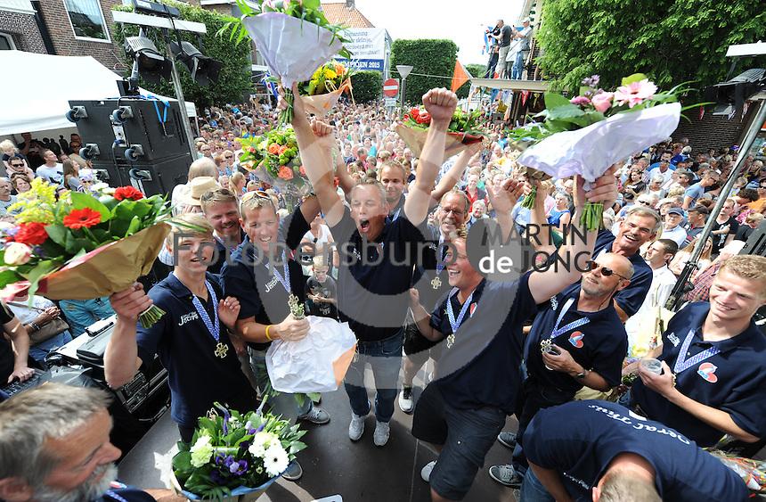 SK€TSJESILEN: JOURE: 01-08-2015, SKS kampioenschap 2015, Schipper Dirk Jan Reijenga (links) met het sk˚tsje van Joure kampioen van de SKS, huldiging onder de Joustertoer in de Midstraat, ©foto Martin de Jong