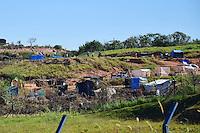 SANTO ANTONIO DA POSSE,SP - 04.07.2016 - OCUPAÇÃO-SP - Vista do terreno público, ocupado por moradores sem terra de Santo Antonio de Posse, interior do estado de São Paulo, localizado ás margens da Rodovia Amparo-Santo Antonio de Posse (SP 107), km2, na tarde desta segunda-feira, 04. Cerca de 60 famílias, na grande maioria despejados de onde moravam por falta de pagamento de aluguel, pedem que a prefeitura doem o terreno para essas famílias. (Foto: Eduardo Carmim/Brazil Photo Press)