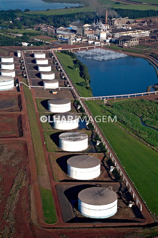 Tanques de armazenagem de alcool da Usina Sao Martinho. Pradopolis. Sao Paulo. 2010. Foto de Joao Roberto Ripper.