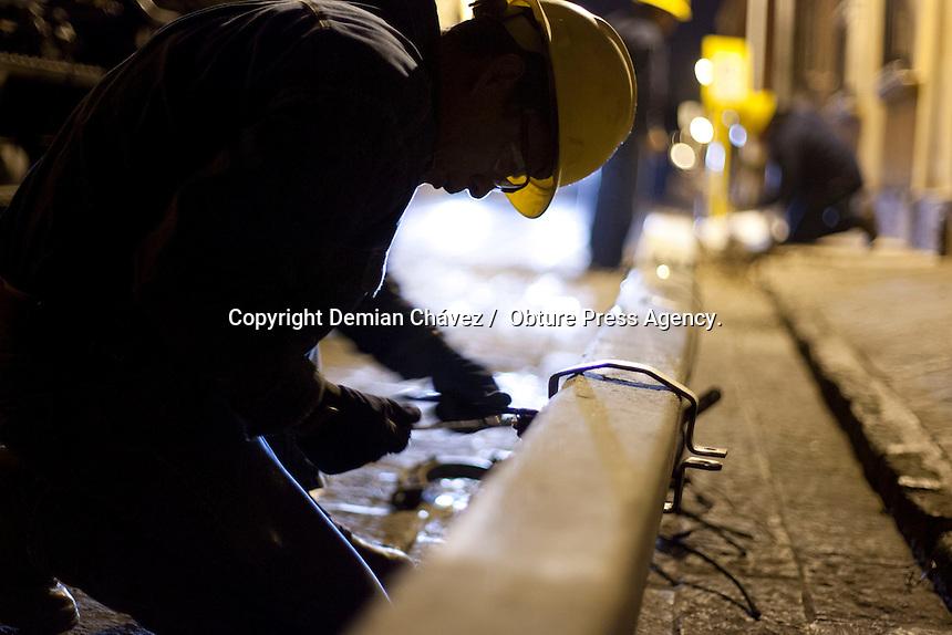 Quer&eacute;taro, Qro. 22 de enero de 2014.-  Esta madrugada trabajadores de la CFE retiran cableado y postes de conexiones el&eacute;ctricas a&eacute;reas para la reubicaci&oacute;n de forma subterr&aacute;nea. <br /> <br /> Esta actividad pertenece a la etapa de cableado subterr&aacute;neo que se viene desarrollando desde la administraci&oacute;n anterior. En 2013, se gestionaron cerca de 50 millones de pesos para realizar el mismo trabajo en los a los municipios de Tequisquiapan, Ezequiel Montes, Jalpan, Cadereyta y San Joaqu&iacute;n.<br /> <br /> Foto:  Demian Ch&aacute;vez / Obture Press Agency.
