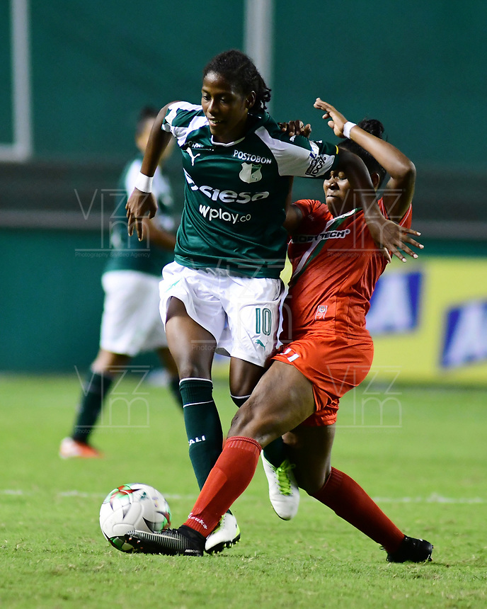 PALMIRA - COLOMBIA, 03-08-2019: Mariluz Montillo del Cali disputa el balón con Jessica Peña de Cortulua durante partido entre Deportivo Cali y Cortuluá por la fecha 4 de la Liga Femenina Águila 2019 jugado en el estadio Deportivo Cali de la ciudad de Palmira. / Mariluz Montillo of Cali vies for the ball with Jessica Peña of Cortulua during match between Deportivo Cali and Cortulua for the date 4 as part Aguila Women League 2019 played at Deportivo Cali stadium in Palmira city. Photo: VizzorImage / Nelson Rios / Cont