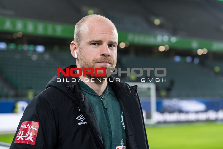 01.12.2019, Volkswagen Arena, Wolfsburg, GER, 1.FBL, VfL Wolfsburg vs SV Werder Bremen<br /> <br /> DFL REGULATIONS PROHIBIT ANY USE OF PHOTOGRAPHS AS IMAGE SEQUENCES AND/OR QUASI-VIDEO.<br /> <br /> im Bild / picture shows<br /> Davy Klaassen (Werder Bremen #30) <br /> bei Ankunft im Stadion, <br /> <br /> Foto © nordphoto / Ewert