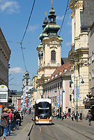 Oesterreich, Oberoesterreich, Linz: Kulturhauptstadt Europas 2009 - Einkaufsstrasse Landstraße mit Ursulinenkirche | Austria, Upper Austria, Linz: European capital of culture 2009 - shopping street Landstrasse with Ursuline Church