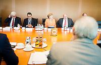 Berlin, Bundesfinanzminister Wolfgang Schaeuble (CDU, vorn) und Aussenminister Frank-Walter Steinmeier (SPD), Bundeswirtschaftsminister und Vizekanzler Sigmar Gabriel (SPD), Bundeskanzlerin Angela Merkel (CDU) und Kanzleramtsminister Peter Altmaier (CDU) am Mittwoch (01.07.2015) im Bundeskanzleramt vor der Kabinettssitzung. Foto: Steffi Loos/CommonLens