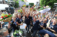 SKÛTSJESILEN: JOURE: 01-08-2015, SKS kampioenschap 2015, Schipper Dirk Jan Reijenga (links) met het skûtsje van Joure kampioen van de SKS, huldiging onder de Joustertoer in de Midstraat, ©foto Martin de Jong