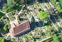 St. Nikolai: EUROPA, DEUTSCHLAND, HAMBURG, (EUROPE, GERMANY), 01.05.2014: St. Nikolai, Vierlaender Kirche in Altengamme mit Friedhof