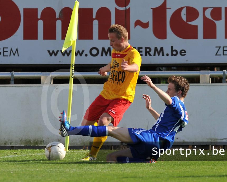 Racing Waregem - Turnhout : Hans Cornelis aan de bal voor de tackelende Jorne Segers.foto VDB / BART VANDENBROUCKE