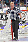 Das Eishockeytor wird auf dem Eis befestigt beim Testspiel, Adler Mannheim (blau) - Loewen Frankfurt (weiss).<br /> <br /> Foto &copy; PIX-Sportfotos *** Foto ist honorarpflichtig! *** Auf Anfrage in hoeherer Qualitaet/Aufloesung. Belegexemplar erbeten. Veroeffentlichung ausschliesslich fuer journalistisch-publizistische Zwecke. For editorial use only.