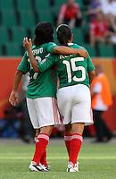 Wolfsburg , 270611 , FIFA / Frauen Weltmeisterschaft 2011 / Womens Worldcup 2011 , Gruppe B  ,  .England - Mexico .Monica Ocampo und Luz del Rosario Saucedo (beide Mexico) gehen Arm in Arm vom Platz .Foto:Karina Hessland .