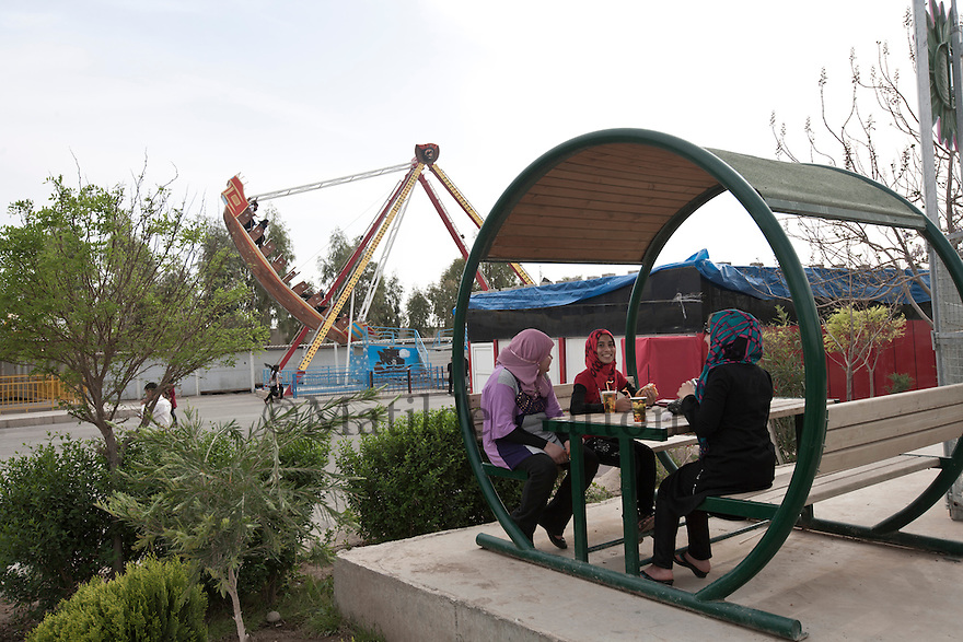 Iraq - Kurdistan - Erbil -   Kurd girls having fun at the funfair behind the Family Mall, the biggest one in Kurdistan