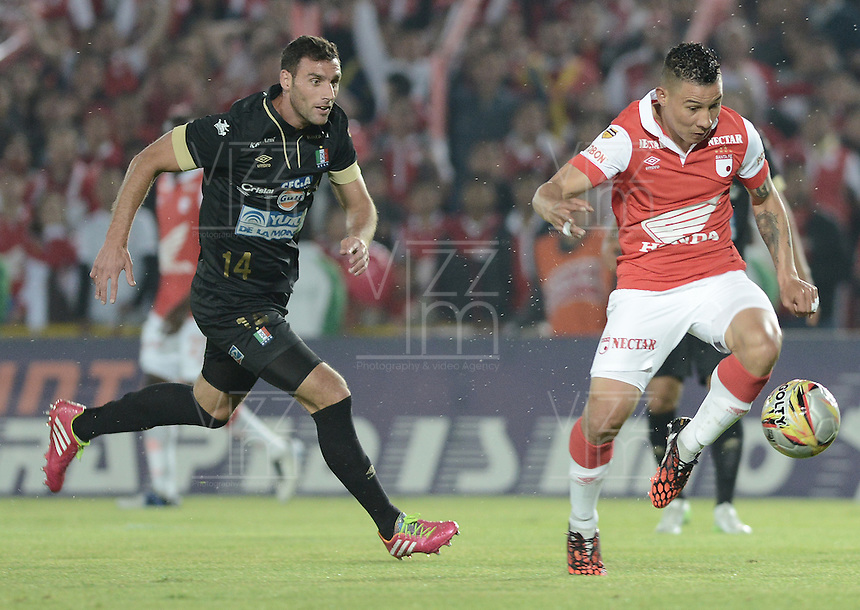 BOGOTÁ -COLOMBIA, 06-12-2014. Luis Carlos Arias (Der) jugador de Independiente Santa Fe disputa el balón con Fernando Bonjour (Izq) jugador de Once Caldas durante partido por la fecha 5 de los cuadrangulares semifinales de la Liga Postobón II 2014 jugado en el estadio Nemesio Camacho el Campín de la ciudad de Bogotá./ Luis Carlos Arias (R) player of Independiente Santa Fe fights for the ball with Fernando Bonjour (L) player of Once Caldas during the match for the 5th date of the semifinal quadrangular of the Postobon League I 2014 played at Nemesio Camacho El Campin stadium in Bogotá city. Photo: VizzorImage/ Gabriel Aponte / Staff