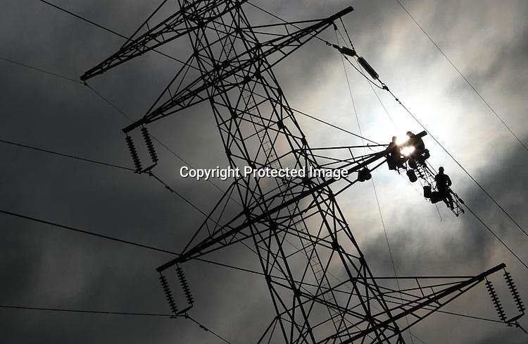 Foto: VidiPhoto..HERVELD - In Herveld in de Betuwe halen technici van Liandon, de serviceprovider van netbeheerder Liander en hoogspanningsbedrijf Tennet, donderdag indrukwekkende capriolen uit tijdens strakker spannen van de electriciteitskabels in hoogspanningsmasten. Door het toenemend gebruik van electriciteit, zetten de kabels uit en gaan ze lager hangen. Op diverse plaatsen in ons land moeten daarom technici de masten in om de kabels aan te 'trekken'. Meestal valt dat samen met groot onderhoud, aldus een woordvoerder van eigenaar Tennet..