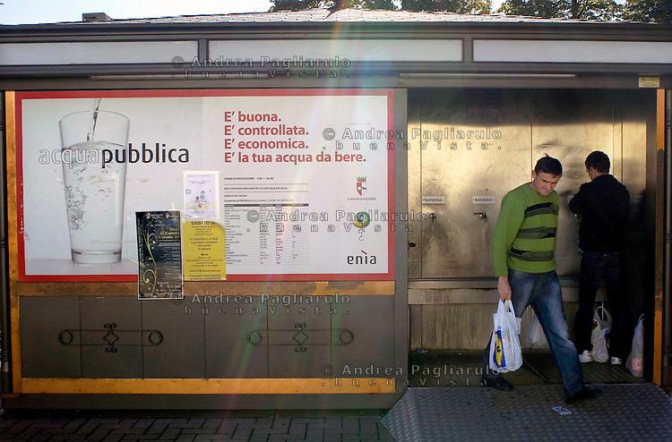 Italia, Piacenza, distributore pubblico di acqua. Public water drinks dispenser.